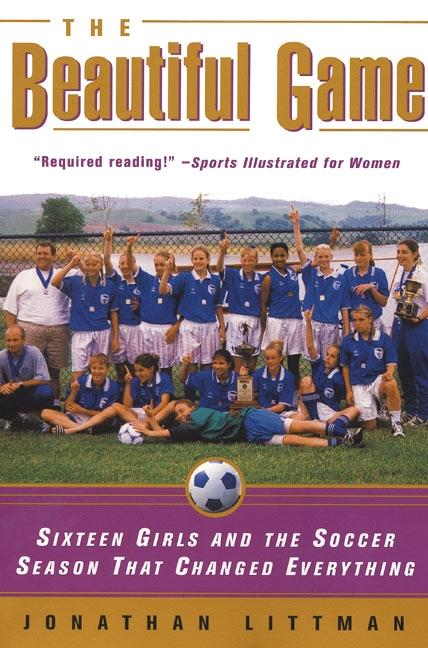 The Beautiful Game: Sixteen Girls and the Soccer Season That Changed Everything als Taschenbuch